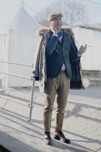 Comment porter: parka beige, blazer en laine gris foncé, cardigan pourpre, chemise de ville blanche