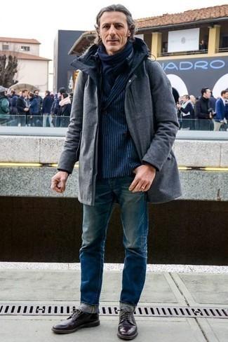 Tendances mode hommes: Une parka gris foncé et un jean bleu sont une tenue géniale à avoir dans ton arsenal. Rehausse cet ensemble avec une paire de des chaussures derby en cuir pourpre foncé.