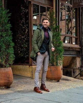 Comment porter: parka olive, blazer en laine vert foncé, pull à col roulé pourpre foncé, pantalon de costume à carreaux beige