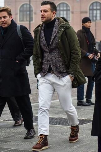 Comment porter un blazer en laine à chevrons gris: Marie un blazer en laine à chevrons gris avec un pantalon chino blanc pour créer un look chic et décontracté. Complète ce look avec une paire de des bottes de loisirs en cuir bordeaux.