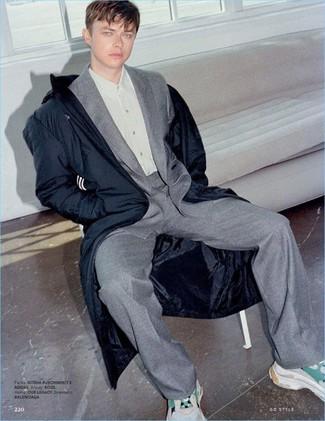 Comment porter: parka bleu marine, costume en laine gris, chemise de ville grise, chaussures de sport beiges