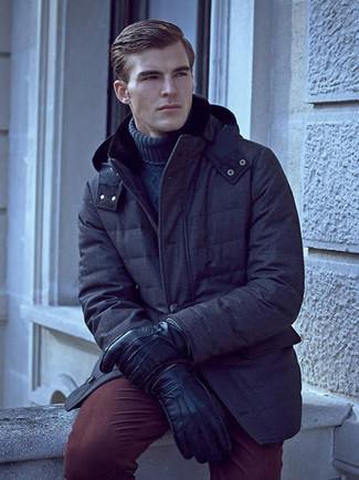 Comment porter: parka bleu marine, pull à col roulé en tricot bleu marine, pantalon chino bordeaux, gants en cuir noirs