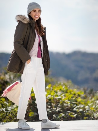 Comment porter: parka olive, blouson aviateur en soie beige, t-shirt à col rond rouge, pantalon chino blanc