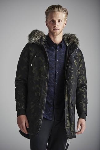 Comment porter: parka camouflage vert foncé, chemise à manches longues camouflage bleu marine, pantalon de costume en laine noir