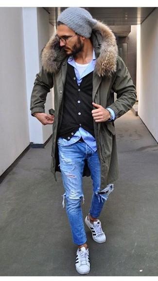 Comment porter: parka olive, cardigan noir, chemise à manches longues bleu clair, débardeur blanc