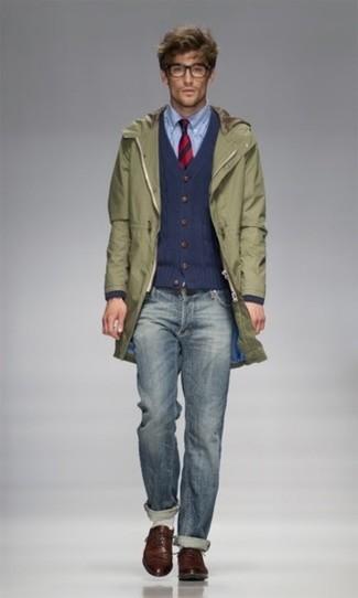 Comment porter: parka olive, cardigan en tricot bleu marine, chemise à manches longues bleu clair, jean bleu