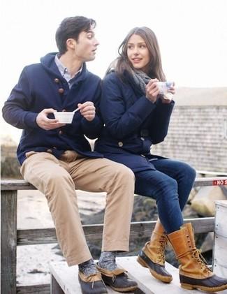 Comment porter: parka en laine bleu marine, chemise à manches longues bleu clair, pantalon chino marron clair, bottes d'hiver noir et marron clair