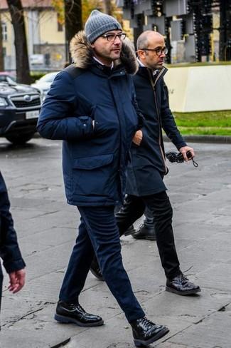 Comment porter un pantalon chino en laine bleu marine: Harmonise une parka bleu marine avec un pantalon chino en laine bleu marine pour affronter sans effort les défis que la journée te réserve. Fais d'une paire de des bottes de loisirs en cuir noires ton choix de souliers pour afficher ton expertise vestimentaire.