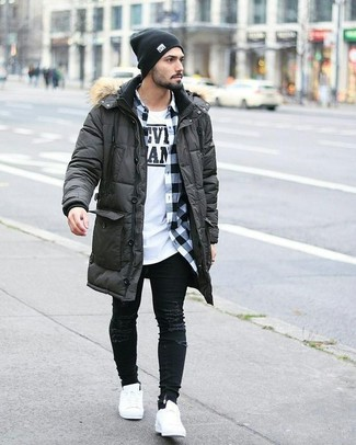 Comment porter: parka gris foncé, chemise à manches longues en vichy blanche et noire, t-shirt à col rond imprimé blanc et noir, jean skinny déchiré noir