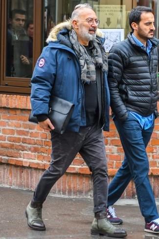 Comment porter: parka bleue, chemise à manches longues noire, t-shirt à col rond noir, jean skinny gris foncé