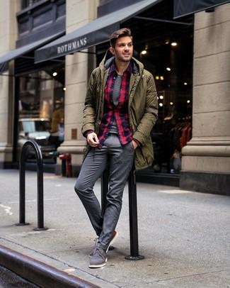 Comment porter: parka olive, chemise à manches longues en flanelle écossaise bleu et rouge, t-shirt à col rond à rayures horizontales blanc et noir, pantalon de costume gris