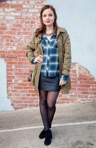 Comment porter: parka olive, chemise de ville écossaise bleue, minijupe en cuir matelassée noire, bottines en daim noires