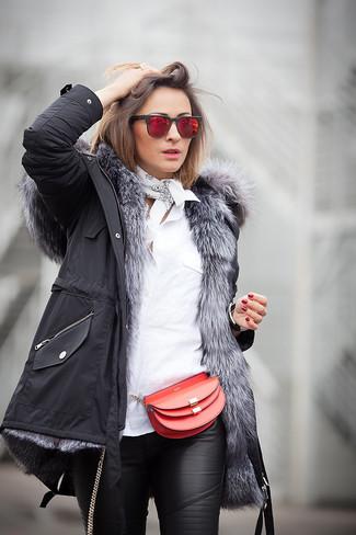 Comment porter: parka noire, chemise de ville blanche, pantalon slim en cuir noir, sac bandoulière en cuir rouge