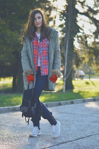Pour créer une tenue idéale pour un déjeuner entre amis le week-end, marie une parka olive avec un jean bleu marine. Jouez la carte décontractée pour les chaussures et assortis cette tenue avec une paire de des chaussures de sport grises.