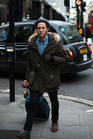 Comment porter: parka olive, chemise en jean bleue, jean skinny noir, chaussures richelieu en cuir marron foncé
