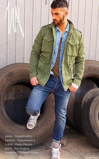 Comment porter: parka légère olive, chemise en jean bleu clair, t-shirt à col en v marron, jean bleu