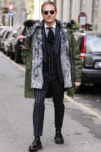 Comment porter: parka olive, complet à rayures verticales noir, chemise de ville à rayures verticales blanche et noire, chaussures richelieu en cuir noires