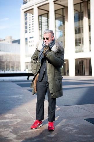 Comment porter: parka olive, costume en laine gris foncé, chaussures de sport rouges, écharpe á pois bleu marine et blanc