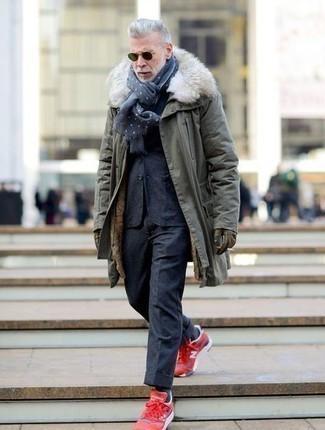 Comment s'habiller en hiver: Harmonise une parka olive avec un costume en laine bleu marine pour aller au bureau. Une paire de chaussures de sport rouges apportera un joli contraste avec le reste du look. Nous trouvons cette tenue parfaite pour l'hiver.