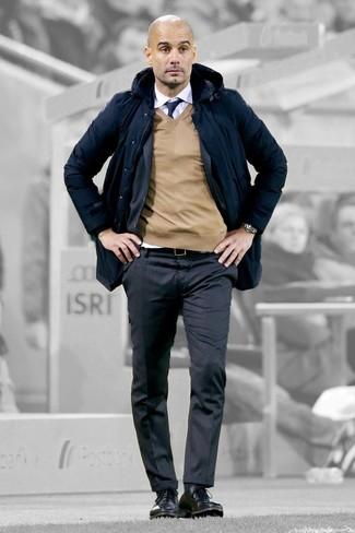 Comment porter: parka bleu marine, costume à rayures verticales gris foncé, pull à col en v marron clair, chemise de ville blanche