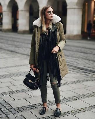 Comment porter: parka olive, gilet à franges noir, t-shirt à manche longue noir, jean skinny déchiré olive