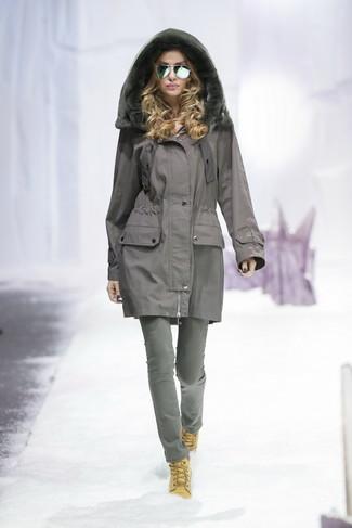 Comment porter: parka grise, jean gris, bottines plates à lacets en daim marron clair
