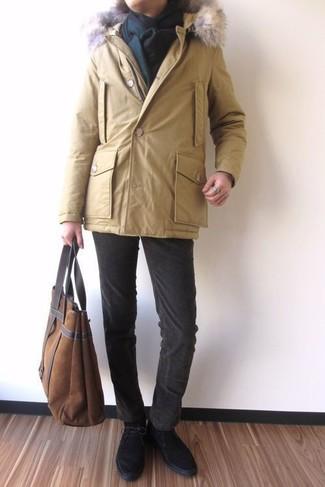 Comment porter: parka jaune, jean en velours côtelé marron foncé, bottines chukka en daim noires, sac fourre-tout en daim marron
