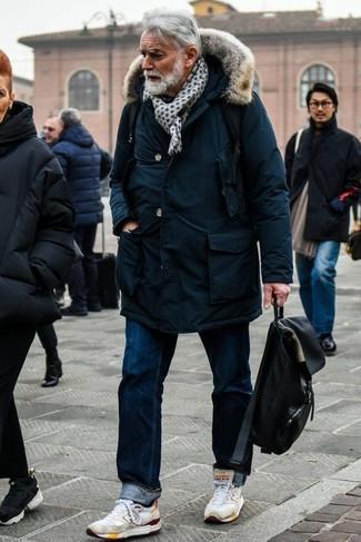 Comment porter des chaussures de sport blanches: Essaie de marier une parka bleu marine avec un jean bleu marine pour un look idéal le week-end. Tu veux y aller doucement avec les chaussures? Fais d'une paire de des chaussures de sport blanches ton choix de souliers pour la journée.