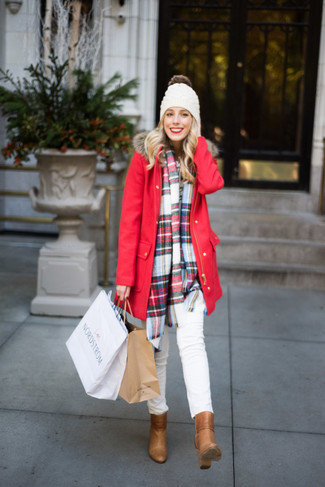 Comment porter: parka rouge, jean skinny blanc, bottines en cuir marron clair, bonnet blanc