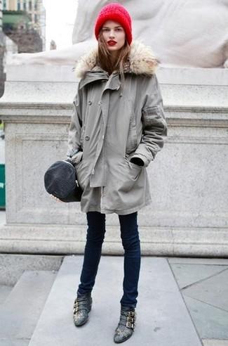 Choisis une parka grise et un jean skinny bleu marine pour affronter sans effort les défis que la journée te réserve. Une paire de des bottines en cuir noires est une façon simple d'améliorer ton look.