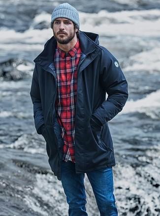 Comment porter: parka noire, chemise à manches longues écossaise rouge, jean skinny bleu, bonnet gris