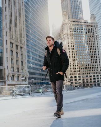Comment porter: parka noire, jean gris foncé, bottes de loisirs en cuir marron, sac à dos en cuir marron clair