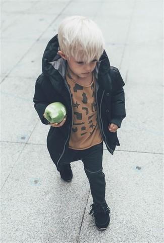 Comment porter: parka noire, t-shirt marron clair, jean noir, bottes noires