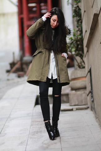 Tenue  Parka olive, Chemise de ville blanche, Jean skinny déchiré noir,  Bottines à lacets en cuir noires   Mode femmes   Lookastic France f039e2a731e
