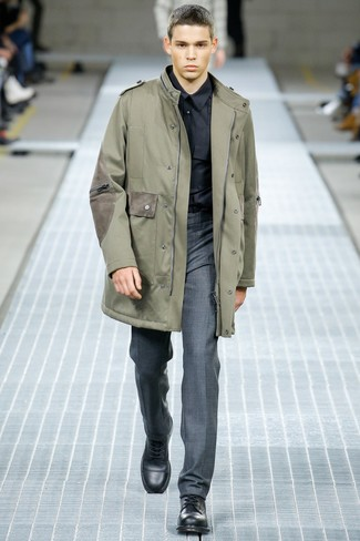 Comment porter: parka olive, chemise de ville noire, pantalon de costume gris, bottes de loisirs en cuir noires