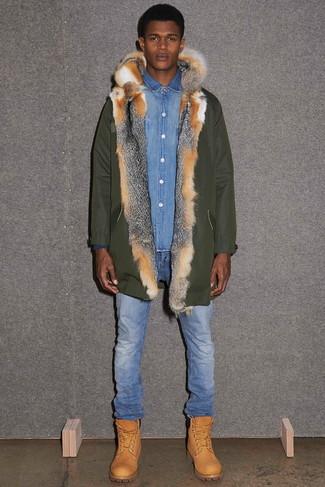 Comment porter: parka olive, chemise en jean bleue, jean bleu, bottes de travail en cuir marron clair