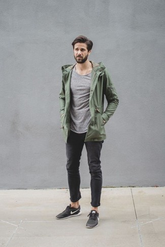 Comment porter: parka légère olive, pull à col rond gris, jean noir, baskets basses noires
