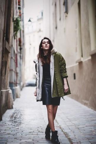 Pense à marier un pull avec une jupe crayon en cuir noire pour un look de tous les jours facile à porter. Pour les chaussures, fais un choix décontracté avec une paire de des bottines plates à lacets en cuir noires.