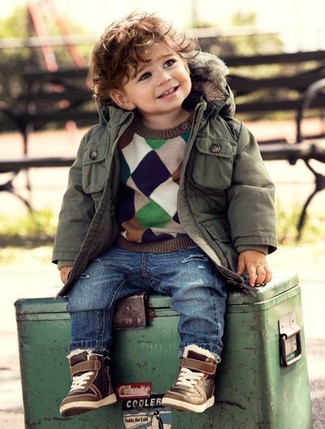 Comment porter: parka olive, pull multicolore, jean bleu, baskets marron