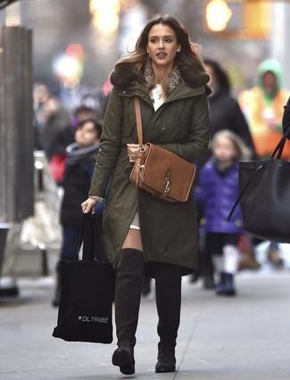 Comment porter: parka olive, robe-pull blanche, top court en cuir marron clair, cuissardes en daim marron foncé