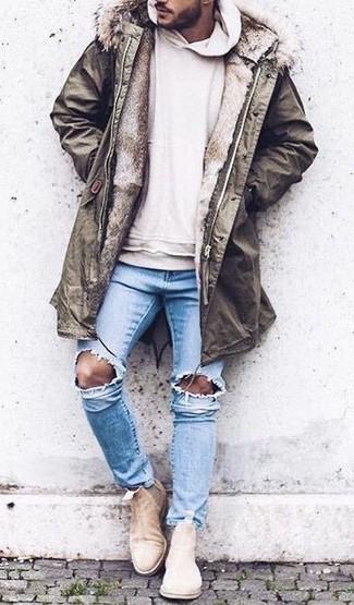 Comment porter: parka olive, sweat à capuche beige, jean skinny déchiré bleu clair, bottines chelsea en daim beiges