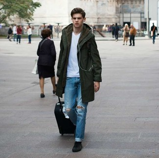 Comment porter: parka olive, t-shirt à col en v blanc, jean déchiré bleu, baskets montantes en daim noires