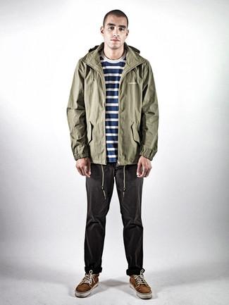 Comment porter: parka légère olive, t-shirt à col rond à rayures horizontales bleu marine et blanc, jean gris foncé, baskets basses en daim marron foncé