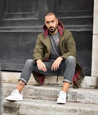 Comment porter: parka olive, t-shirt à col rond gris, jean gris, baskets basses en cuir blanches