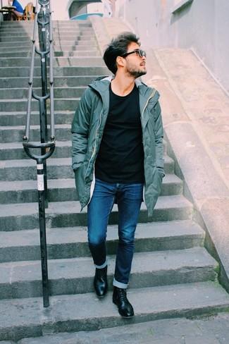 Comment porter: parka olive, t-shirt à col rond noir, jean bleu marine, bottes de loisirs en cuir noires