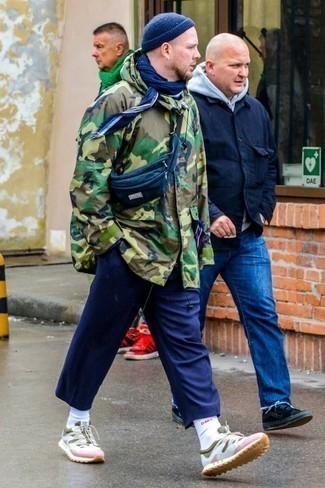 Comment porter un bonnet bleu marine: Pour une tenue aussi confortable que ton canapé, associe une parka camouflage olive avec un bonnet bleu marine. Apportez une touche d'élégance à votre tenue avec une paire de des chaussures de sport multicolores.
