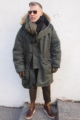Comment porter: parka olive, pantalon de costume en laine marron foncé, bottes brogue en cuir marron foncé, écharpe en laine olive