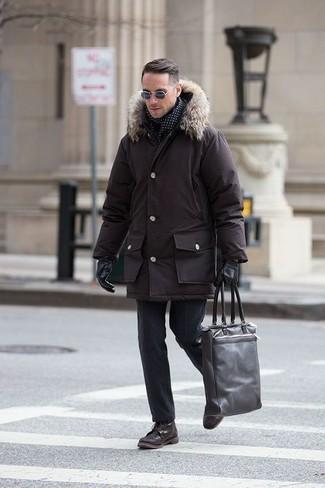 Comment porter: parka marron foncé, pantalon de costume en laine noir, bottes de loisirs en cuir marron foncé, sac fourre-tout en cuir marron foncé