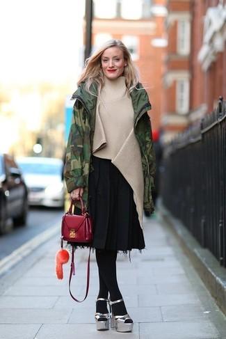 Comment porter: parka camouflage vert foncé, poncho beige, jupe mi-longue plissée noire, sandales à talons en cuir épaisses argentées