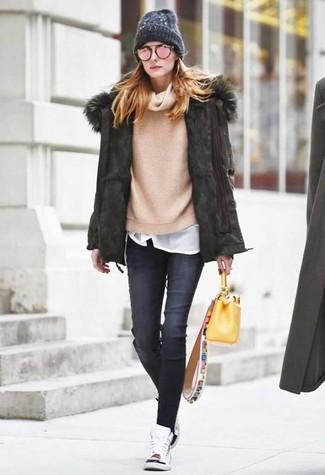 Comment porter: parka olive, pull à col boule beige, t-shirt à col rond blanc, jean skinny gris foncé